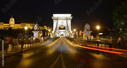 In de dag Boedapest Chain Bridge at night