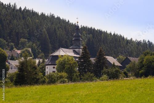 Fotobehang Grijze traf. Dorfkirche Meura Thüringen