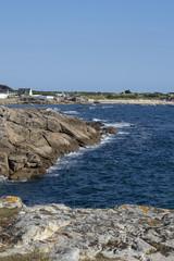 France, Finistère, Océan Atlantique. Fond d'écran paysage marin. Falaise, mer, ville balnéaire © and_rue