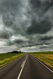Straße bei Bewölktem Himmel