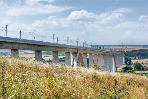 Foto Spatwand Spoorlijn Gigantische Eisenbahnbrücke zur Verbesserung der Infrastruktur