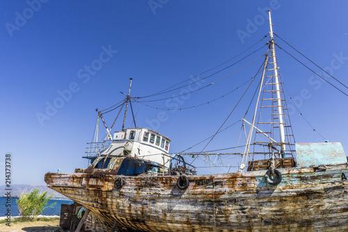 In de dag Schip Old fishing boat on the shore