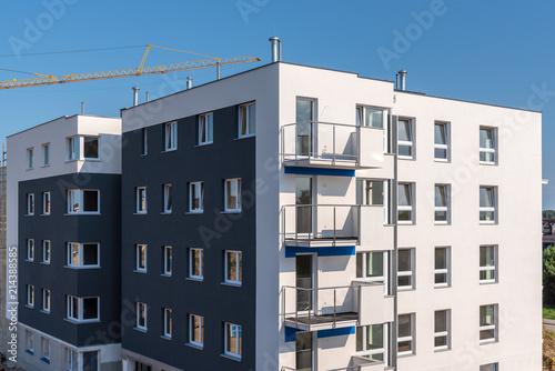 Typowy nowoczesny apartamentowiec z balkonem.