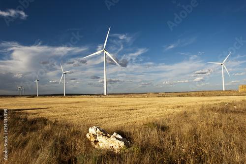 Windräder auf der Hochebene Paramo de Masa, Provinz Burgos, Kastilien, Spanien
