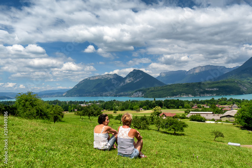 Aluminium Blauwe jeans two women looking at Annecy lake in France