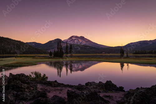 Aluminium Lavendel Sparks Lake in Central Oregon is a popular destination for outdoor enthusiasts, paddle boarders and kayakers