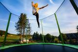 Junges Mädchen auf Trampolin - Springen - 214561144
