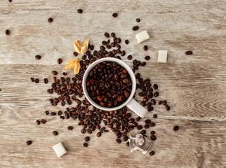 Full mug of strong coffee. Полная кружка крепкого кофе.