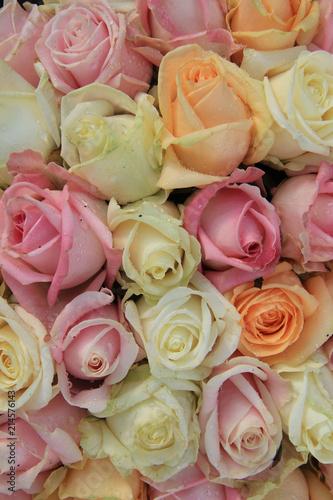 Pastelowe róże w układzie ślubu