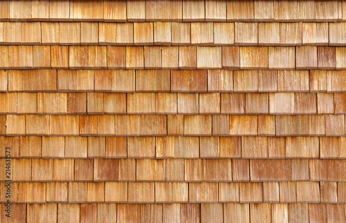 Holzschindeln am Hausdach.