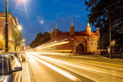 Barbakan przy nocą w starym miasteczku Krakow, Polska.