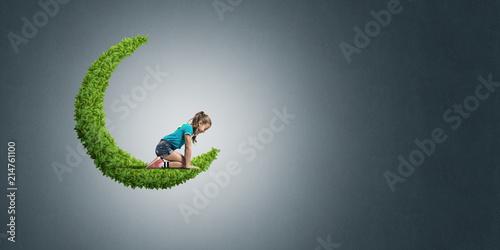Pojęcie nieostrożny szczęśliwy dzieciństwo z dziewczyną na zielonej księżyc