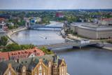 Wrocławskie mosty z ruchem samochodowym oraz żegluga na rzece - Wrocław, Polska