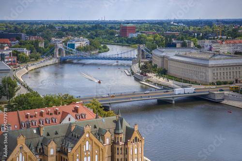 Obraz na płótnie Wrocławskie mosty z ruchem samochodowym oraz żegluga na rzece - Wrocław, Polska