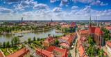 Widok z lotu ptaka na centrum miasta, rzekę oraz żeglujące statki - Wrocław, Polska