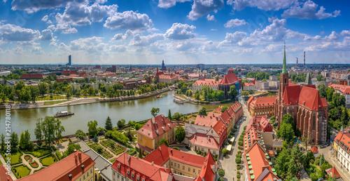 Widok z lotu ptaka na centrum miasta, rzekę oraz żeglujące statki - Wrocław, Polska - 214780118