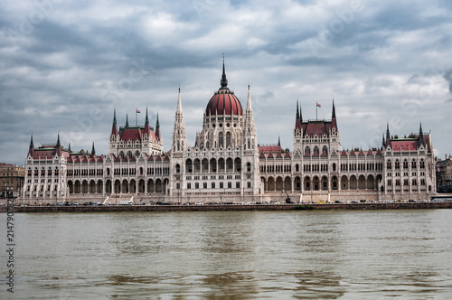 Foto Spatwand Boedapest Hungarian Parliament on the embankment of Danube river in Budapest, Hungary
