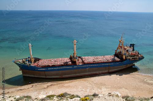 Fototapeta Karaya oturmuş yük gemisi