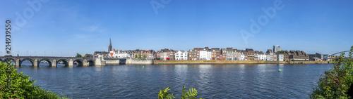 Maastricht, Maas Uferpromenade mit Sankt Servatiusbrücke und Hoge Brug