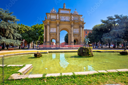 Leinwanddruck Bild Piazza della Liberta square and Triumphal Arch of the Lorraine in Florence