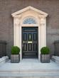 Typischer Hauseingang in Dublin mit schwarzer Türe - 214957993