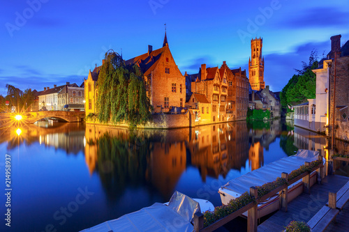 Foto Spatwand Brugge Bruges. City canal in night lighting.