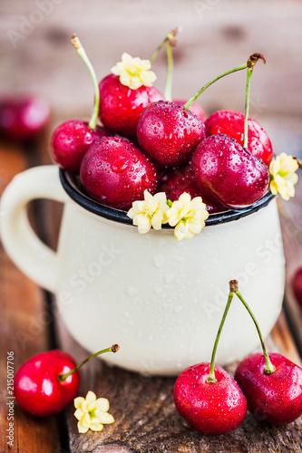 Foto Spatwand Kersen Fresh ripe cherries in a mug on rustic background