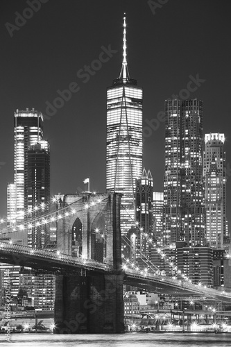 In de dag Brooklyn Bridge Brooklyn Bridge and Manhattan at night, New York City, USA..