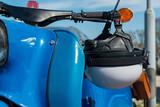 Motorroller Schwalbe mit Sturzhelm - 215040789