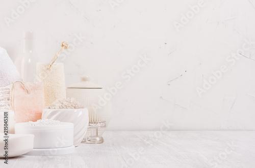 Luksusowy organicznych ciała i skóry opieki spa lekkie kosmetyki kolekcji i naturalne akcesoria łazienkowe na białym tle drewna.
