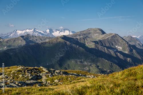 Canvas Zonsopgang Berglandschaft mit schneebedeckten Gipfel im Sommer