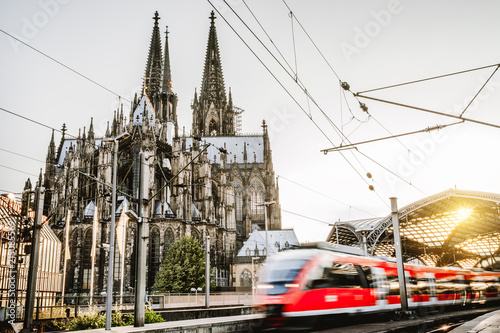 Regionalzug verlässt den Kölner Bahnhof