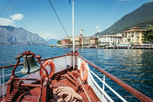 Fototapeta Bug eines Passagierschiffes am Gardasee. Blauer Himmel und blaues Wasser.