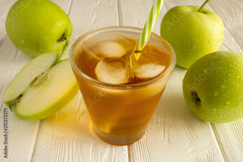 Canvas Sap Apple juice in the glass on the white wooden background