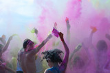 Tanzende Menschen werfen mit Farbpulver