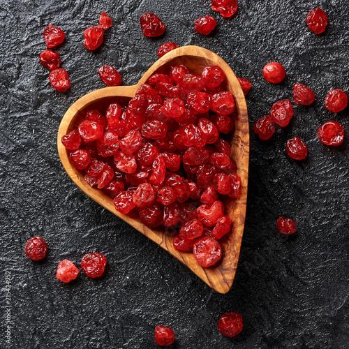 Foto Spatwand Kersen Dried red cherries on a black background
