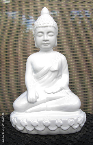 Foto Spatwand Boeddha White Ceramic Buddha with a Tan Background