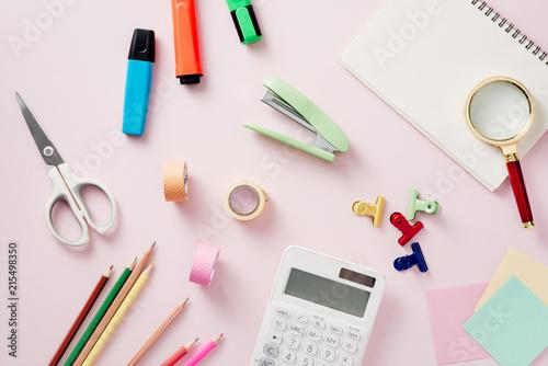 Drewniany stół, notatnik, markery, lupa i notatniki na nim. Widok z góry. Pojęcie pracy. Makieta.