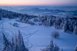 Szlaki skuterów śnieżnych o wschodzie słońca