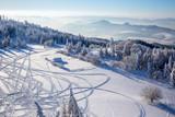 Szlaki skuterów śnieżnych na świeżym śniegu