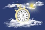 Cronografo oro isolato su sfondo di cielo e nuvole. - 215602552