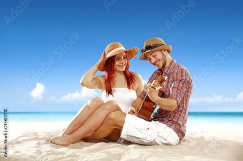 Czas letni na plaży i dwoje kochanków.