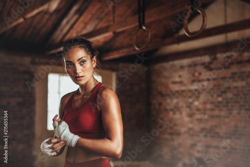Kobieta przygotowuje się do treningu boksu