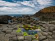 Leinwanddruck Bild - Bunte Felsformationen von Causeway mit Blick auf das Meer
