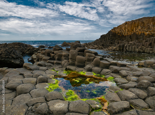 Leinwanddruck Bild Bunte Felsformationen von Causeway mit Blick auf das Meer