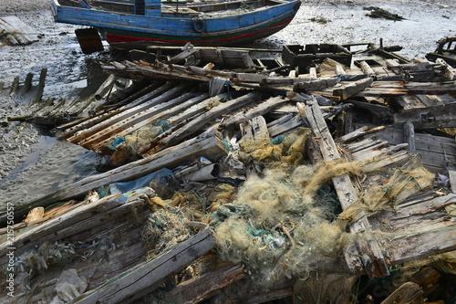 In de dag Schip Broken wooden boats in the river