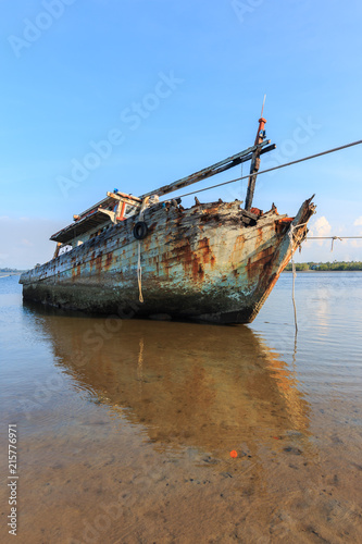 In de dag Schip Broken and old fishing boat , Three Ship Wreck in Kuala Penyu, Sabah, Malaysia , Abandoned Ship at sabah borneo malaysia Image has grain or blurry or noise and soft focus when view at full resolution.