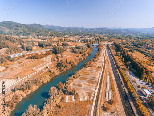 Foto Murales River in Tuscany countryside, aerial view in autumn
