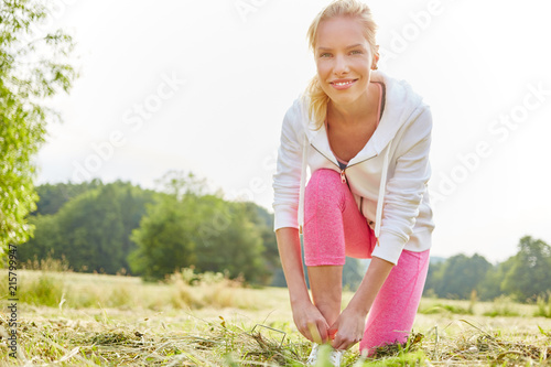 Aluminium Hardlopen Frau bei der Vorbereitung auf das Jogging