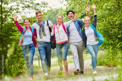 Leinwanddruck Bild Fröhliche Freunde machen eine Wanderung